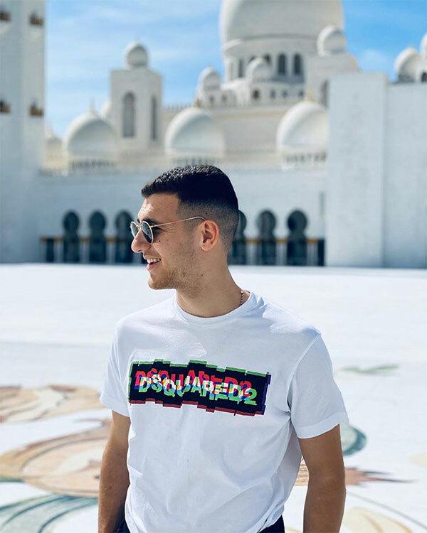Hậu vệ Diogo Dalot của MU đăng ảnh sống ảo cạnh nhà thờ hồi giáo ở Dubai.