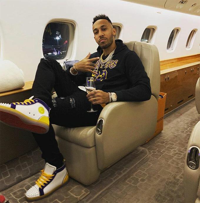 Tiền đạo Aubameyang của Arsenal đăng ảnh trong máy bay chuẩn bị tới địa điểm nghỉ mát được cho là Abu Dhabi.