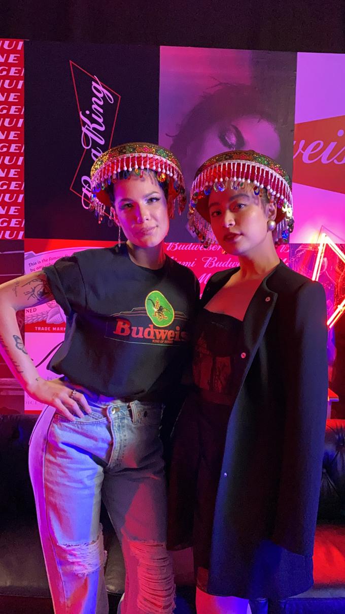 Trong khuôn khổ sự kiện âm nhạc, văn hóa nghệ thuật BudXMiami diễn ra 4 ngày từ 31/1, tại Miami do Vua bia Budweiser tổ chức, Hoàng Thuỳ Linh có cơ hội gặp gỡ nữ ca sĩ nổi tiếng của Mỹ - Halsey.