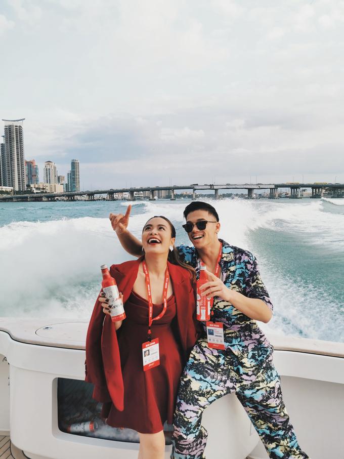 Hai ca sĩ còn cùng thưởng thức bia Budweiser và phấn khích khi trải nghiệm du thuyền.