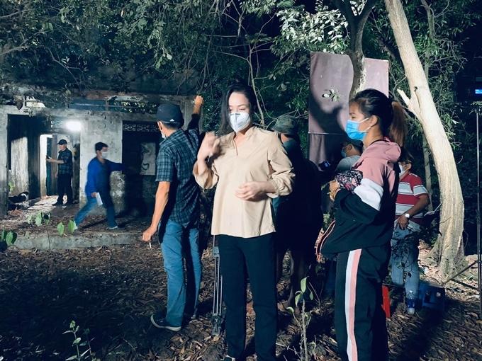 Trong bối cảnh căn nhà hoang vào buổi tối muộn, Nhật Kim Anh đóng cảnh bị bắt cóc và bạo hành. Cô được hóa trang cho mái tóc rối bù và vẫn đeo khẩu trang khi chưa bấm máy.