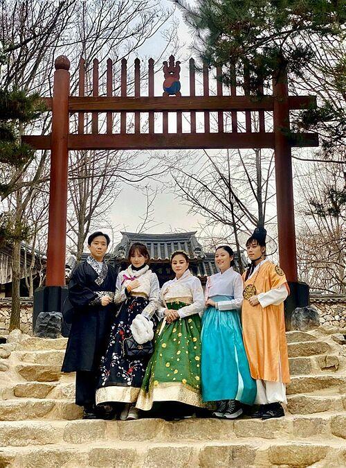 Vợ chồng Trấn Thành - Hari Won diện đồ hanbok cùng Lê Giang, Huỳnh Ân, Trúc Nhân.