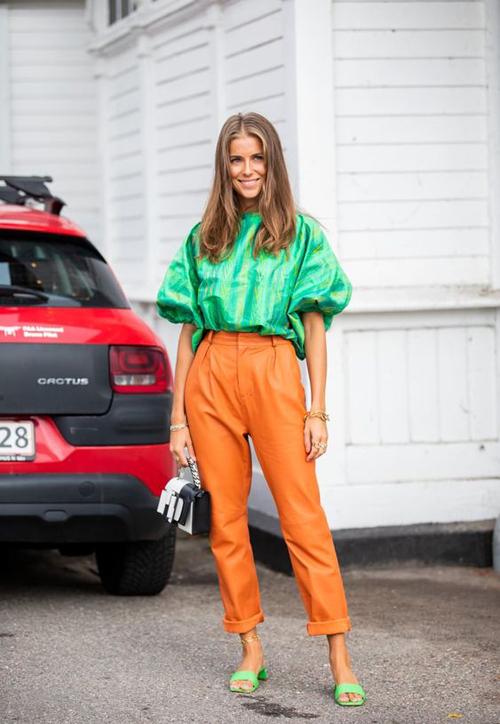 Mix tông cam nhạt cùng sắc xanh để mang tới set đồ kích thích thị giác cao là phong cách được nhiều fashionista yêu thích.