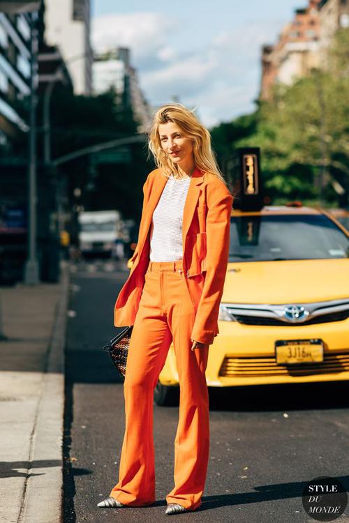 Từ xu hướng tông cam thịnh hành ở mùa mốt 2019, sắc vàng cam tiếp tục khuấy đảo khuynh hướng mùa thời trang mới.
