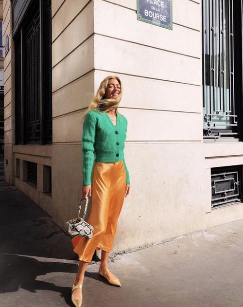 Những kiểu chân váy đơn giản có thể sử dụng đến văn phòng hay hẹn hò cafe cùng bạn bè.