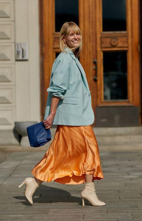 Phong cách thanh lịch nhưng không kém phần nổi bật cho các bạn gái văn phòng với cách mix blazer đi cùng chân váy midi dáng xòe.
