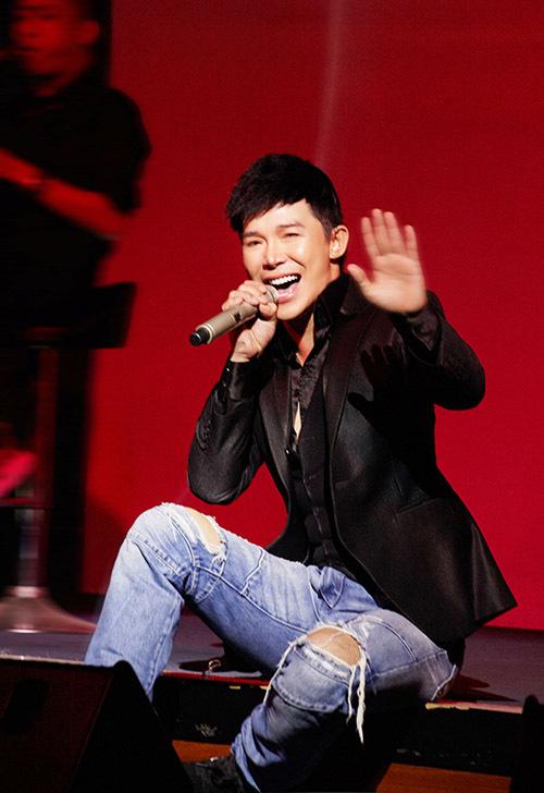 Chàng ca sĩ bụi bặm với quần jeans rách gối. Anh thể hiện hàng loạt ca khúc như Xinh, Say, MDD...