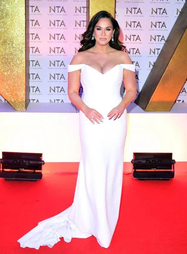 Ngôi sao truyền hình nước Anh Vicky Pattison gây ấn tượng trên thảm đỏ  National Television Awards 2020 khi diện mẫu đầm trắng cúp ngực sexy, phô diễn vòng một  đầy đặn.