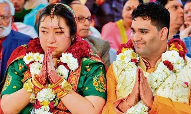 Zhihao Wang và Satyarth Mishra làm lễ cưới tại thành phố Mandsaur, bang Madhya Pradesh, Ấn Độ hôm 2/2. Ảnh: SCMP.