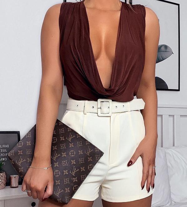 Năm 2015, ở tuổi 24, Samantha Ryder cùng chị gái sinh đôi Charlotte đã thành lập công ty sau khi vật lộn để tìm băng dính ngực hoặc bra dán cho vòng một size E của mình. Họ tìm tòi thiết kế miếng dán tối ưu và cho  ra mắt Perky Pear Lift & Shape Tape năm 2017. Các sản phẩm có một số kiểu dáng khác nhau, yết giá từ 12,99 đến 17,99 bảng Anh. Công ty của chị em Ryder đang ngày càng phát triển  với doanh thu 1 triệu bảng trong năm qua.