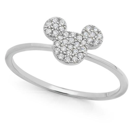 Nhẫn hình chuột Mickey được chế tác trên nhiều chất liệu như kim cương, đá quý, đá ruby, vàng trắng cao cấp.