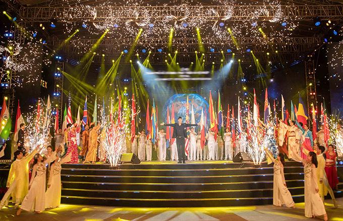 Chương trình có nam ca sĩ tham gia được đầu tư hoành tráng. Tiết mục của anh có hàng chục vũ công, nghệ sĩ múa minh hoạ.