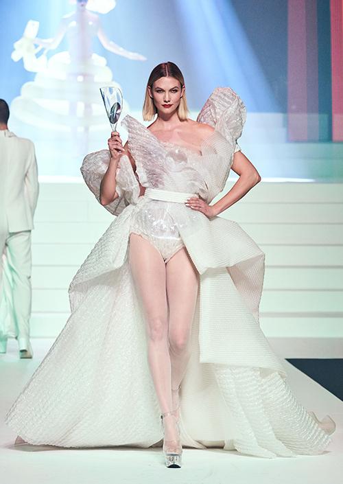Thiết kế dựng phom tinh xảo đem tới cho cựu thiên thần nội y Karlie Kloss vẻ lộng lẫy, kiêu sa, khẳng định đẳng cấp của một công trình Haute Couture đúng nghĩa.