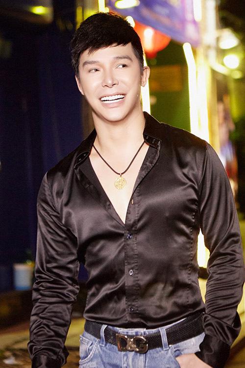 Nathan Lee có hai show trong một buổi tối. Sau chương trình Lễ hội TP HCM hội nhập và phát triển, anh vội di chuyển tới điểm hát tiếp theo tại phòng trà.