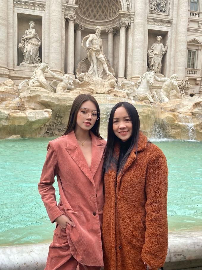 Jolie Nguyễn đưa mẹ du lịch khắp châu Âu