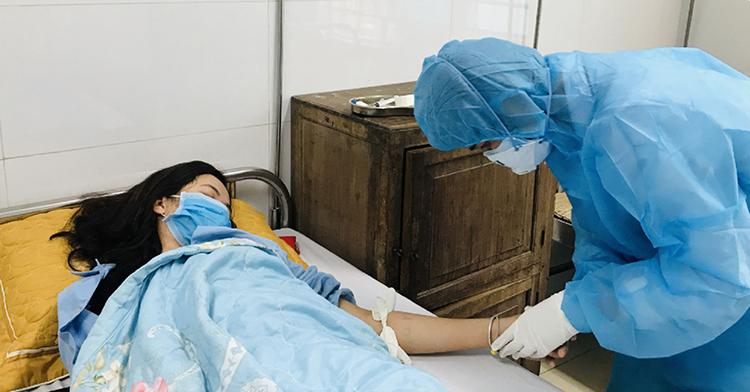 Trong quá trình cách ly, điều trị y bác sĩ và bệnh nhân giao tiếp nhưng không thể nhìn rõ mặt nhau. Ảnh: Lam Sơn.