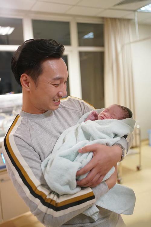 Thành Trung vỡ òa hạnh phúc khi đón tay con từ các y tá.
