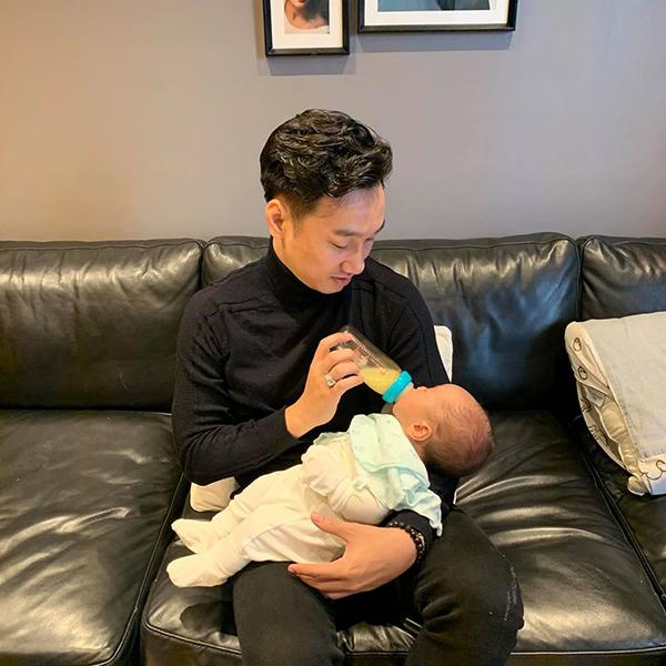 Ngoài thời gian chạy show, Thành Trung chỉ muốn về nhà để cùng vợ chăm sóc cho hai con. Anh thành thạo các công việc bỉm sữa như cho con bú bình, thay tã, ru bé ngủ,...