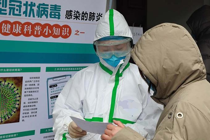 Bác sĩ Ye Liwen đang trao đổi với một bệnh nhân. Ảnh: Bệnh viện nhân dân số 3.