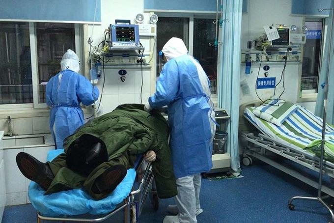 Các bác sĩ tại Bệnh viện nhân dân số 3 đang điều trị cho một bệnh nhân nhiễm nCoV. Ảnh: Bệnh viện nhân dân số 3.