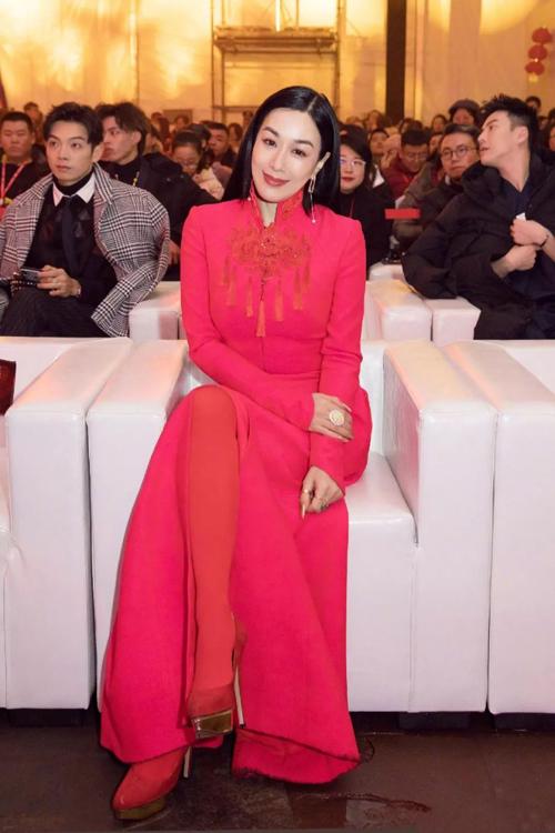 Bất chấp những đả kích, khi dự sự kiện, Lệ Đề vẫn tự tin xuất hiện với thần thái đẹp nuột.Chung Lệ Đề mang hai dòng máu Việt - Hoa nhưng sinh ra và lớn lên ở Canada, về sau sinh sống ở Hong Kong. Vẻ đẹp lai của cô luôn được giới giải trí đánh giá cao.