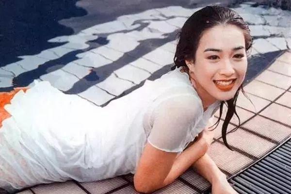 Chung Lệ Đề thời son trẻ. Nữ diễn viên được yêu thích vì vóc dáng gợi cảm, nhiều người gọi cô là bom sex. Cô đóng nhiều phim như Mẹ kế, Thiên long bát bộ...