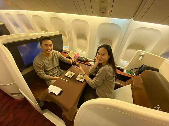 Vợ chồng Cường Đôla - Đàm Thu Trang về nhà sau chuyến du xuân ở Mỹ.