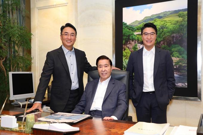 Tỷ phú Lee Shau-kee (giữa ) và hai con trai Peter Lee Ka-kit (trái) vàMartin Lee Ka-shing. Ảnh: SCMP.