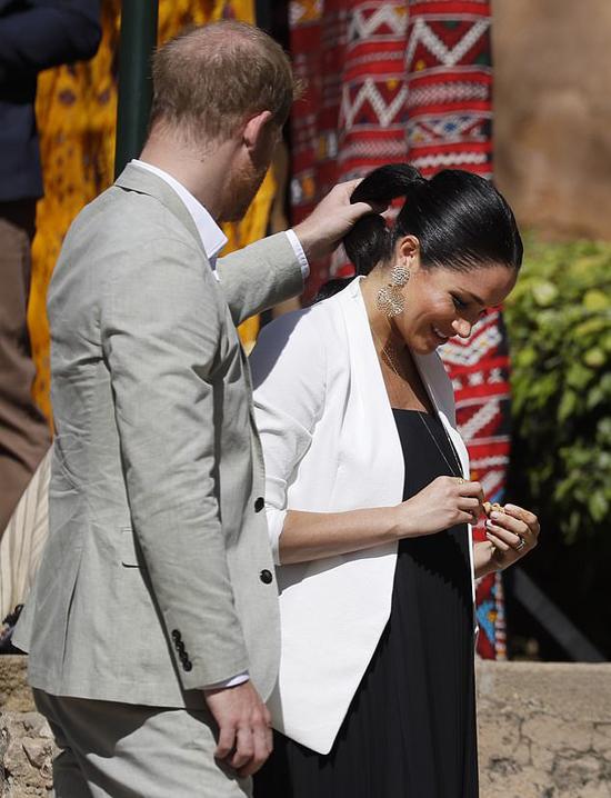 Công tước xứ Sussex chỉnh tóc cho vợ trong chuyến thăm Morocco kéo dài 3 ngày hồi tháng 2/2019. Ảnh: PA.