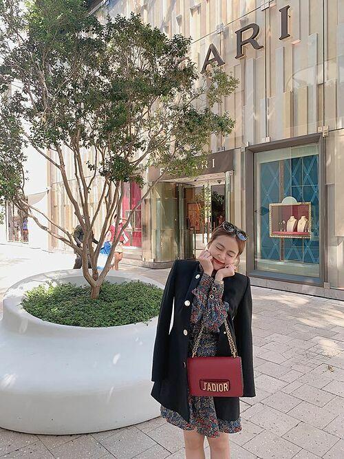 Hoàng Thùy Linh thích thú khi đi dạo trên đường phố Mỹ. Nữ ca sĩ và Trọng Hiếu đang có chuyến công tác cùng nhau