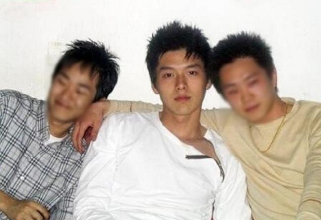 Nam diễn viên Hyun Bin hiện nổi như cồn với vai người lính Bắc Triều Tiên trong Hạ cánh nơi anh, do Netflix phát hành. Nhờ thế, khán giả yêu mến ra sức lục tìm những hình ảnh của tài tử thời thơ ấu lẫn ngoài đời thực. Phần lớn khen ngợi Hyun Bin đẹp trai từ khi còn là học sinh.