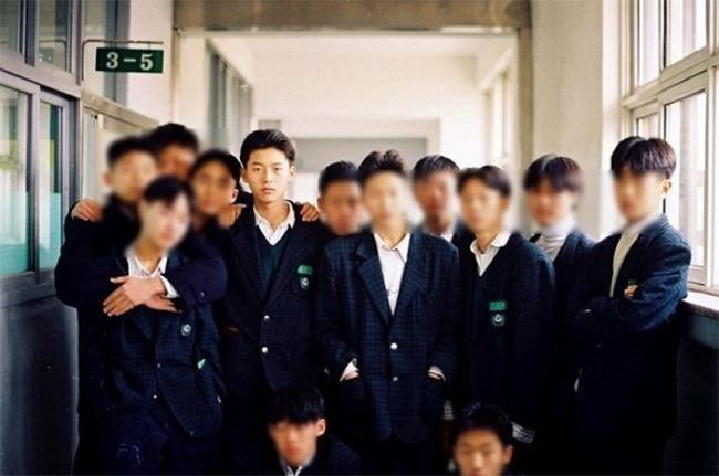 Bạn bè của Hyun Bin tiết lộ, từ khi đi học, cậu nhóc Hyun Bin đã có rất nhiều bạn gái hâm mộ. Một người bạn của tài tửkể: Khi chúng tôi cùng bước lên xe bus, các bạn gái xì xào, chỉ trỏ cậu ấy. Khi tôi nói rằng bọn con gái rất thích cậu ấy và cậu ấy nổi tiếng rồi, Hyun Bin đỏ hết mặt. Một người bạn khác thì tiết lộ Hyun Bin học rất giỏi.