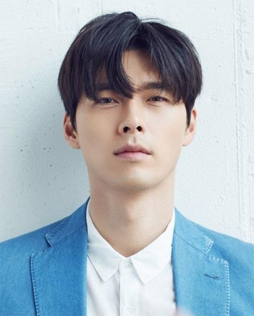 Hyun Bin trên bìa tạp chí.