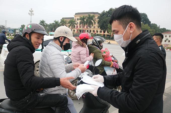 Ca sĩ Khắc Việt về Yên Bái phát 10 nghìn chiếc khẩu trang miễn phí cho người dân phòng tránh lây nhiễm virus corona.