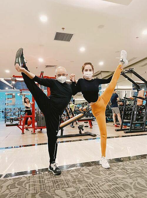 Diễn viên Quỳnh Nga cẩn thận đeo khẩu trang ngay cả khi tập gym.