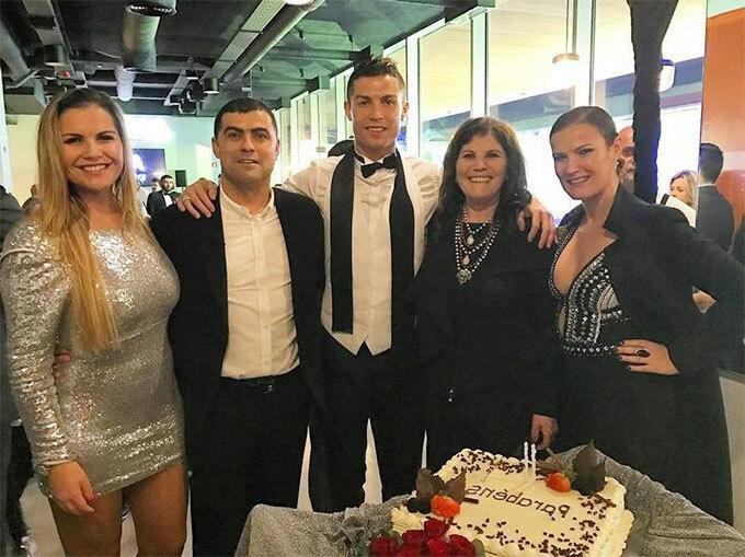 Siêu sao Juventus bên mẹ, hai chị gái và anh trai.