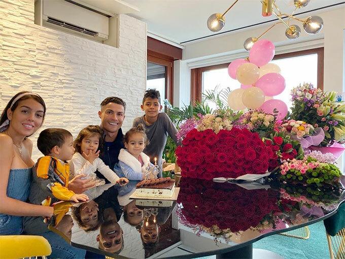 Siêu sao C. Ronaldo xây dựng hình ảnh người đàn ông của gia đình bên bạn gái xinh đẹp và 4 con.