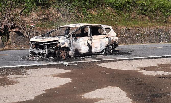 Xe ô tô bị lửa thiêu rụi. Ảnh: Đại Hiệp.