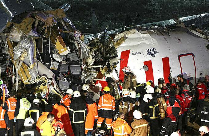 Lính cứu hoả đưa người bị thương ra khỏi đống đổ nát sau tai nạn máy bay tối 5/2 ở Istanbul. Ảnh: Reuters.