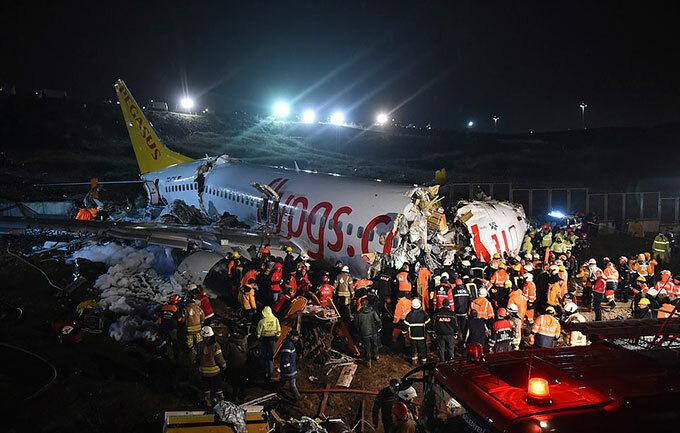 Chiếc Boeing 737 vỡ làm ba sau cú hạ cánh ở sân bay Sabiha Gokcen tối 5/2. Ảnh: PA.