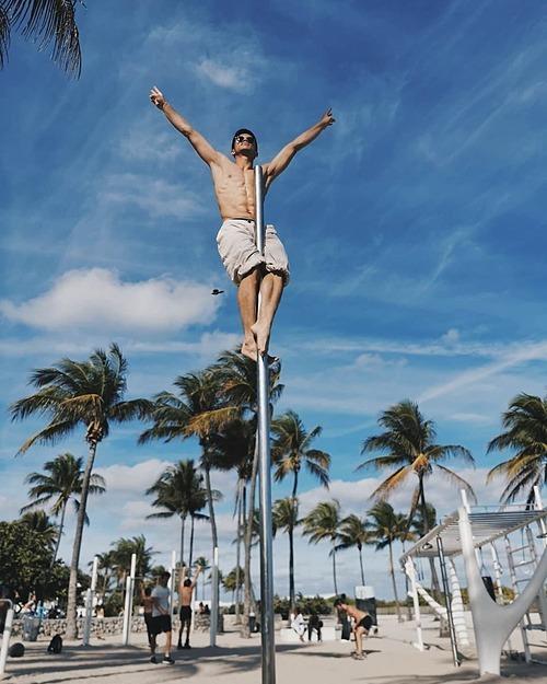 Trọng Hiếu Idol khoe body 6 múi trên một bãi biển ở Mỹ.