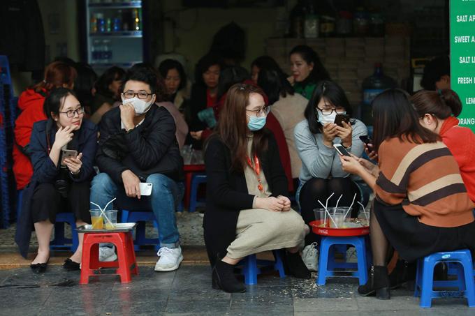 Người dân được khuyến cáo nên đeo khẩu trang khi đến nơi công cộng để tránh lây nhiễm nCoV.