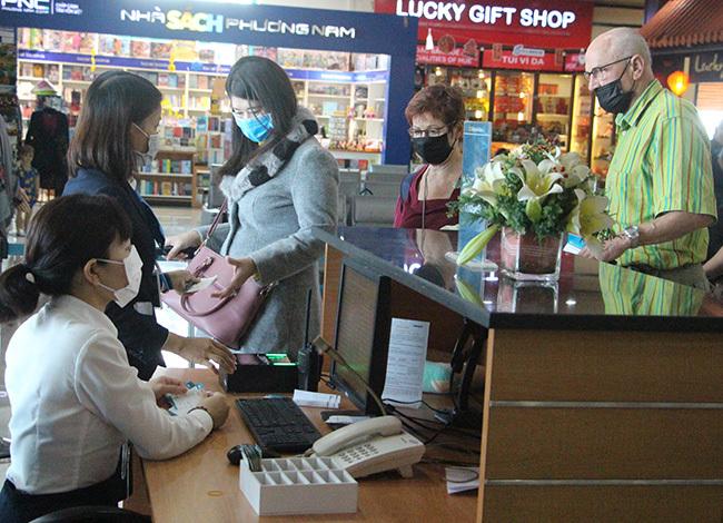 Du khách đến Huế đều được đo thân nhiệt.Ảnh: Võ Thạnh