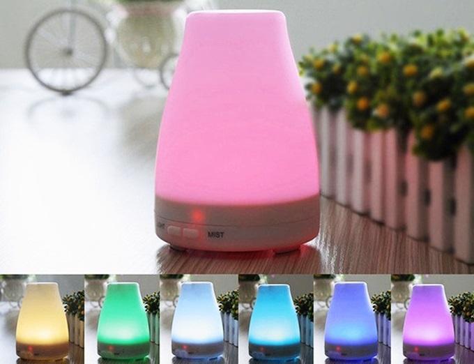Với thiết kế gắn kết những đèn led nhiều màu sắc, máy khuếch tán tinh dầu LED 7 màu lọt top bán chạy trên  Shop VnExpress. Máy thích hợp với các gia đình hoặc văn phòng, spa... Sản phẩm giảm 39%, còn 299.000 đồng (giá gốc 490.000 đồng) trên