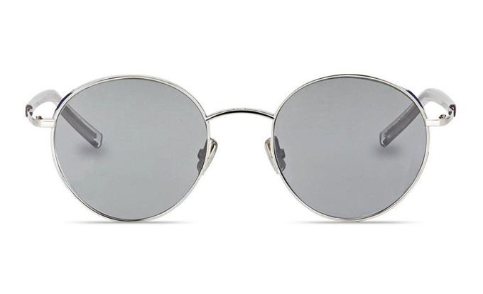 Kính mátDIOREDGY 0100Tcủa hãng Dior có kiểu dáng và màu sắc hiện đại. Tông bạc xám và tròng tròn thích hợp với cả nam lẫn nữ. Gọng được làm từ hợp kim cao cấp, trọng lượng nhẹ nhưng ôm sát khuôn mặt. Thiết kế thuộc top bán chạy trên Store Ngôi Sao,giảm 20%, còn17,76 triệu đồng(giá gốc 22,2 triệu).