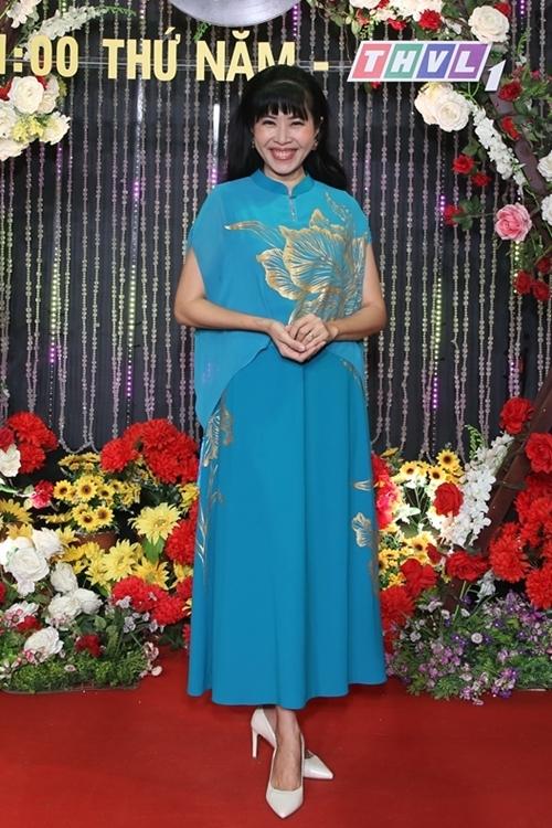 MC Quỳnh Hoa diện trang phục phom dáng suông, màu sắc nhã nhặn. Cô sẽ tham gia hỗ trợ các thí sinh năm nay.