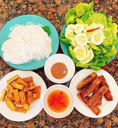 Hoa hậu cũng thường xuyên chuẩn bị nhiều bữa ăn cho gia đình.