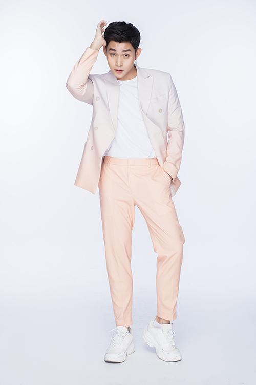 Bên cạnh những tông màu được ưa chuộng như cam, xanh, nâu... Jun Phạm còn chọn thêm các mẫu vest màu pastel, suit màu omber để khiến bộ ảnh thêm phong phú.