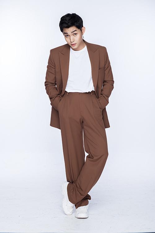 Mốt vest dáng rộng, trang phục thùng thình được nam ca sĩ thể hiện đa dạng với nhiều tông màu hợp mốt.
