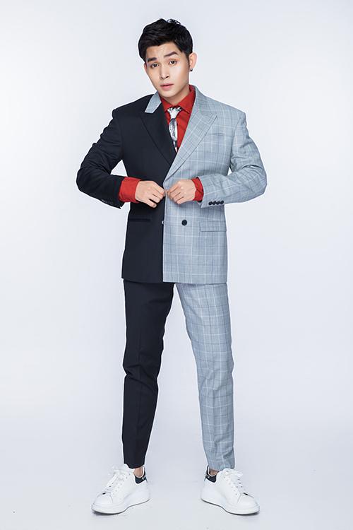Sau loạt đồ đơn sắc, Jun Phạm thể hiện sự cá tính với các mẫu vest phối vải đen cùng vải caro.
